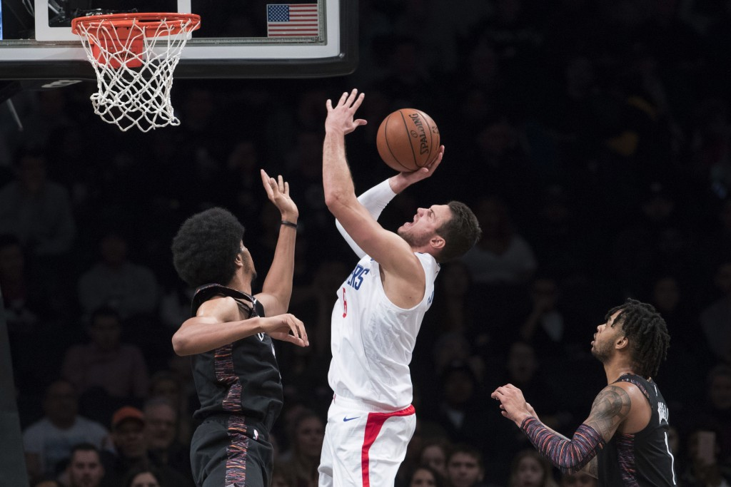 Los Angeles Clippers forward Danilo Gallinari, center, goes to the basket against Brooklyn Nets guard D'Angelo Russell (1) and center Jarrett Allen, l