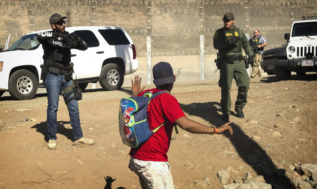 ALTERNATIVE CROP OF XRE301.- A Central American migrant is stopped by U.S. agents who order him to go back to the Mexican side of the border, after a ...