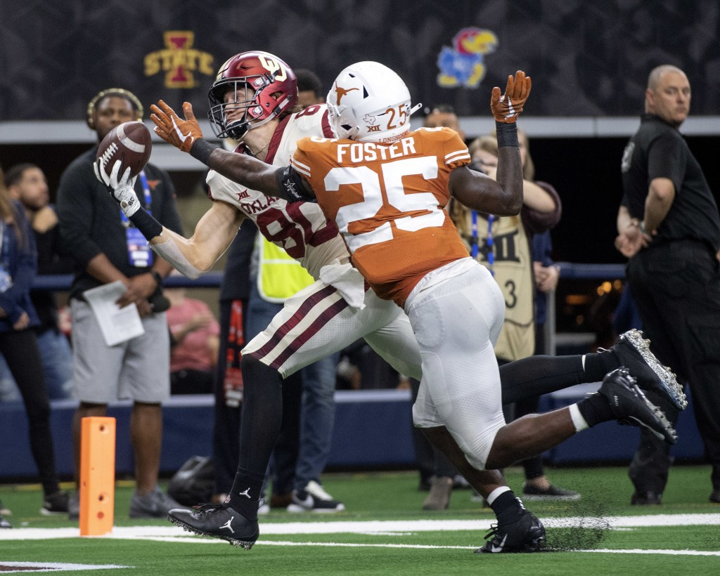 Oklahoma tight end Grant Calcaterra (80) hauls in a one-handed touchdown catch in front of Texas defensive back B.J. Foster (25) during the second hal