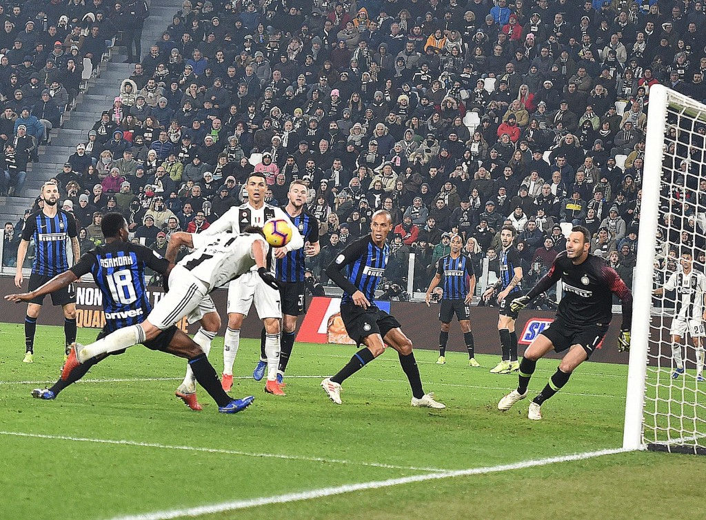Juventu's Mario Mandzukic, left, scores his side's opening goal during the Serie A soccer match between Juventus and Inter Milan at the Turin Allianz