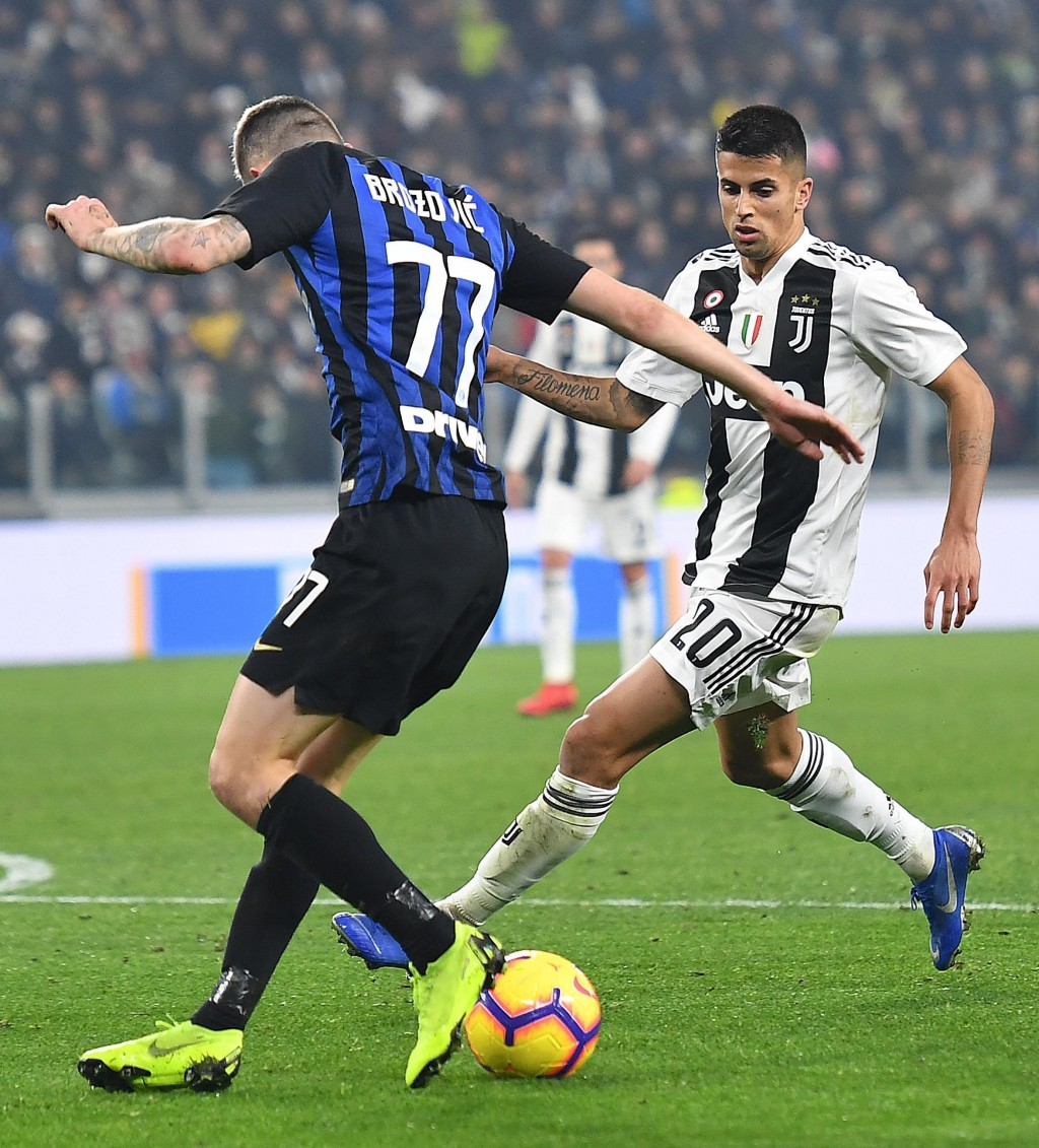 Juventus' Joao Cancelo, right, challenges Inter's Marcelo Brozovic  during the Serie A soccer match between Juventus and Inter Milan at the Turin Alli