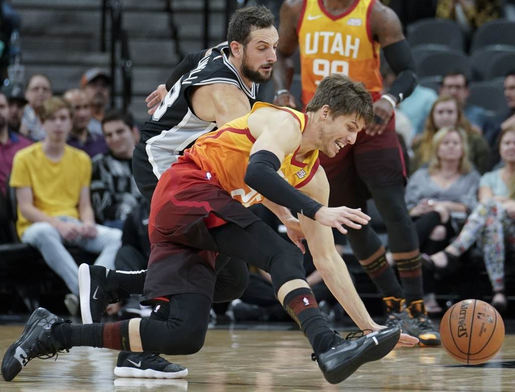 Utah Jazz guard Kyle Korver, front, chases the ball against San Antonio Spurs guard Marco Belinelli during the first half of an NBA basketball game, S...