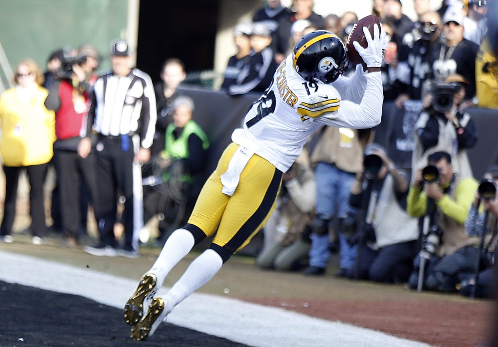 Pittsburgh Steelers wide receiver JuJu Smith-Schuster (19) catches a touchdown against the Oakland Raiders during the first half of an NFL football ga...