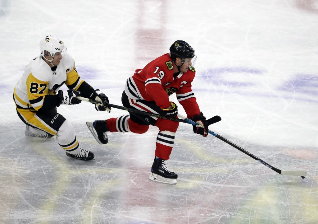 Chicago Blackhawks center Jonathan Toews, right, controls the puck against Pittsburgh Penguins center Sidney Crosby during the second period of an NHL...
