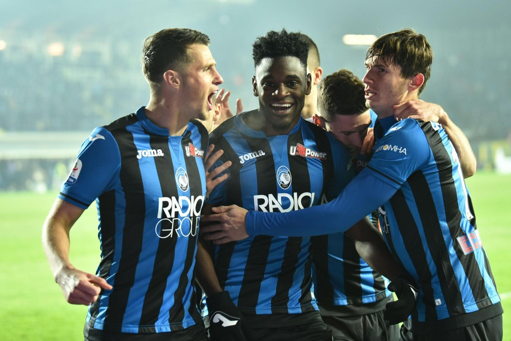 Atalanta's Duvan Zapata, center, celebrates with teammates after scoring his team's opening goal during the Italian Serie A soccer match between Atala...