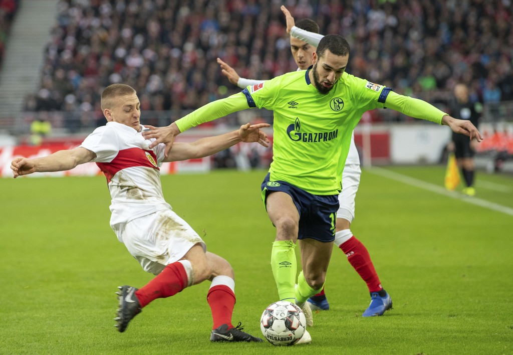 Stuttgart's Santiago Ascacibar, left, and Schalke's Nabil Bentaleb, right, challenge for the ball during the German Bundesliga soccer match between Vf...