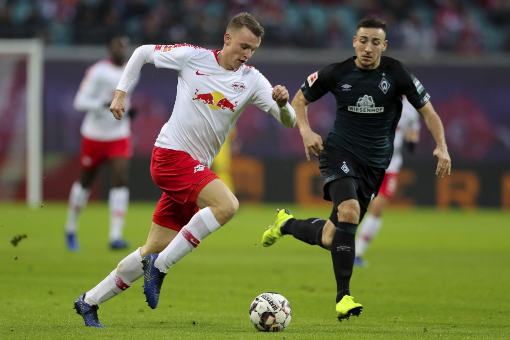 Leipzig's Lukas Klostermann, left, and Bremen's Kevin Moehwald, right, challenge for the ball during the German Bundesliga soccer match between RB Lei...