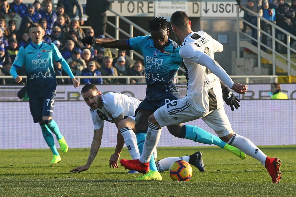Atalanta's Duvan Zapata, second from right, scores his side first goal during the Serie A soccer match between Atalanta and Juventus in Bergamo, Italy
