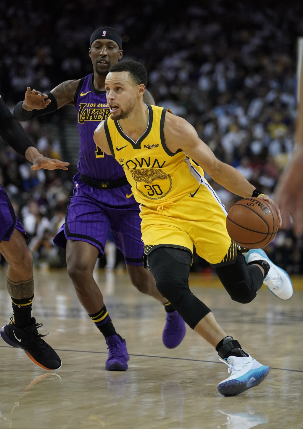 Golden State Warriors guard Stephen Curry (30) drives to the basket against Los Angeles Lakers guard Kentavious Caldwell-Pope (1) during the second ha...