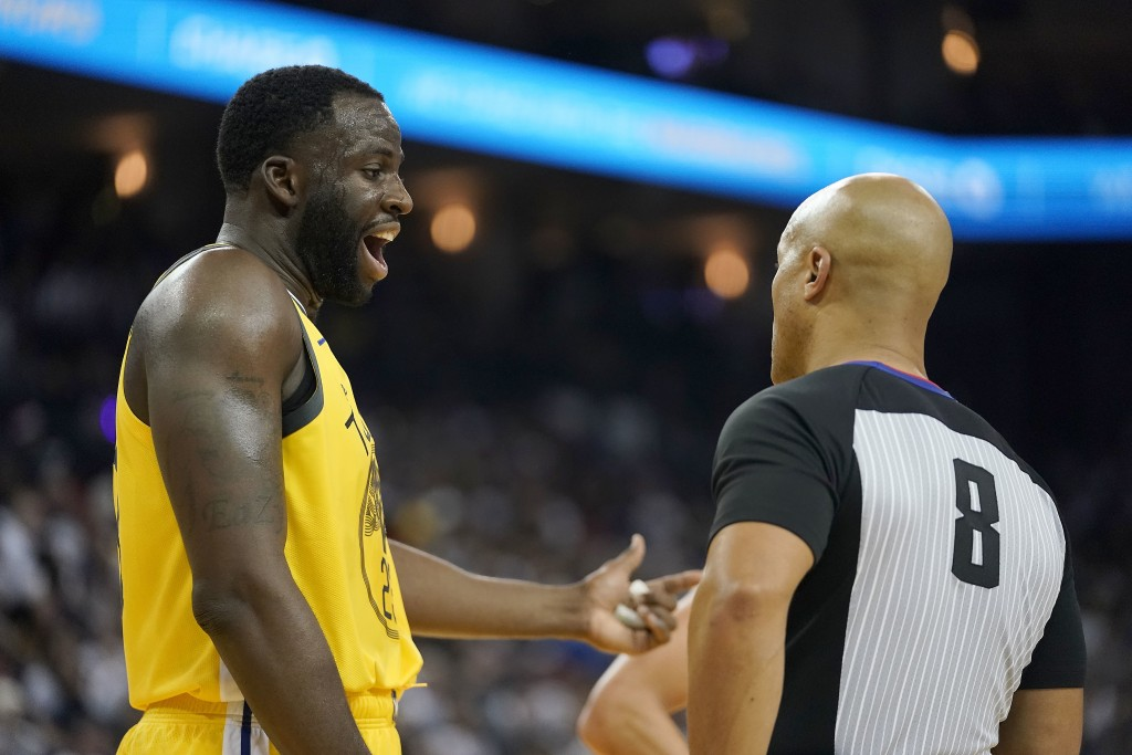 Golden State Warriors forward Draymond Green (23) argues with referee Marc Davis (8) during the first half against the Los Angeles Lakers in an NBA ba...