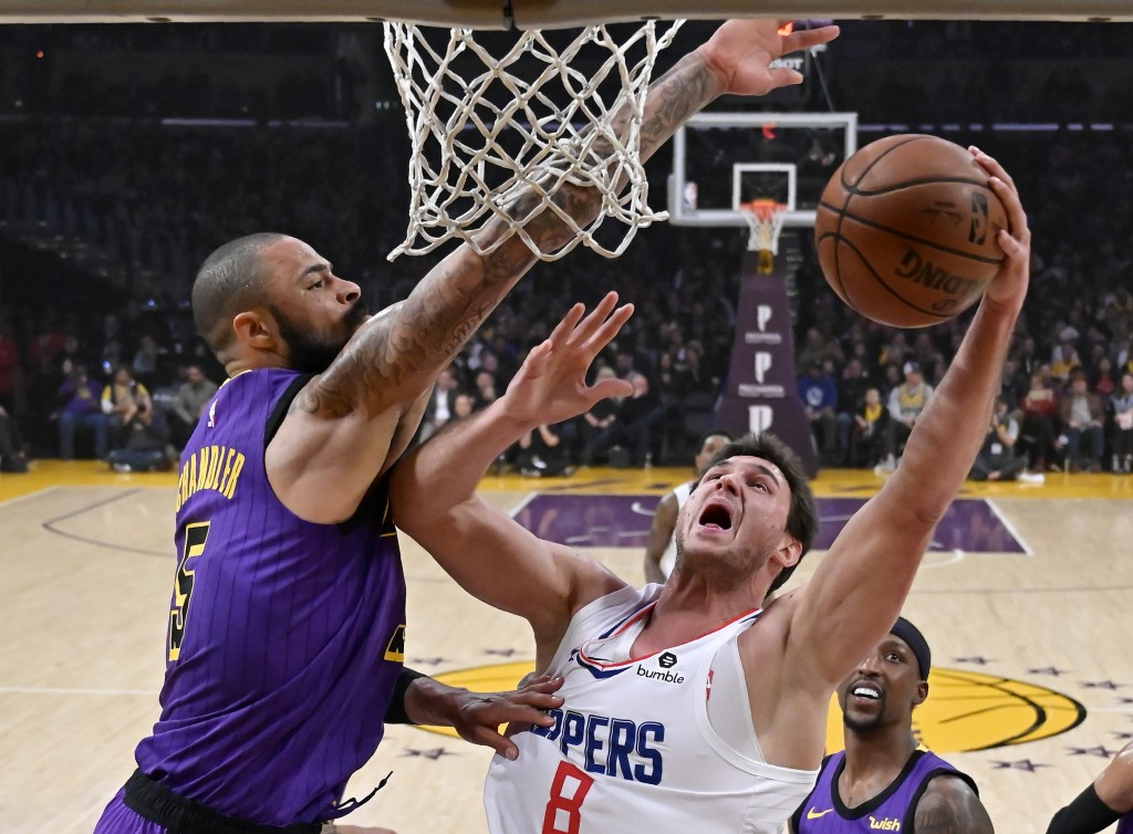 Los Angeles Clippers forward Danilo Gallinari, right, of Italy, shoots as Los Angeles Lakers center Tyson Chandler defends during the first half of an...