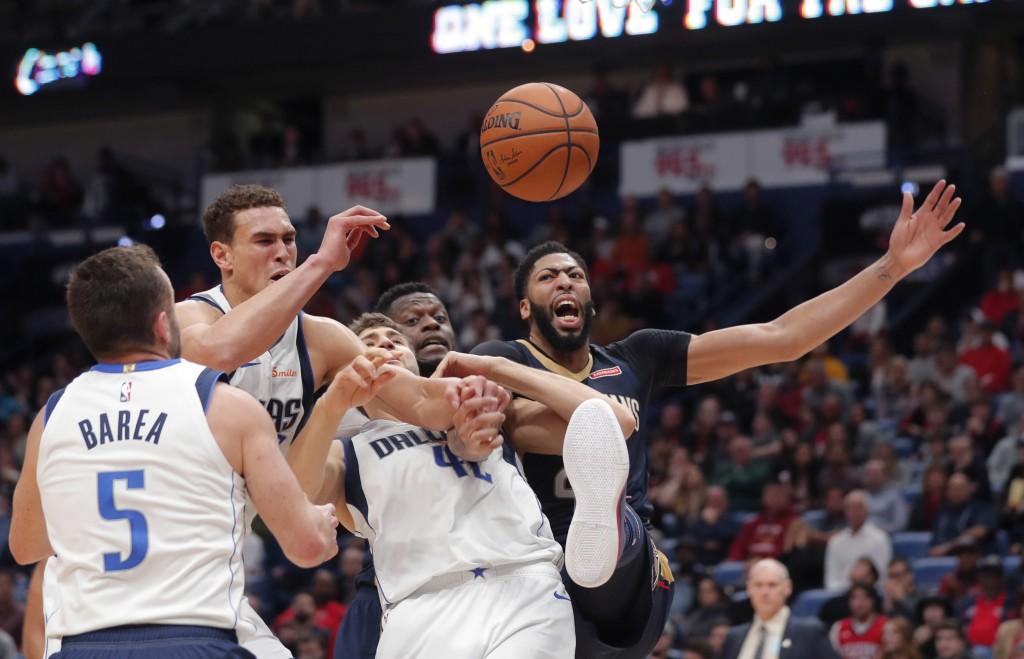 New Orleans Pelicans forward Anthony Davis, right, and Dallas Mavericks forward Maximilian Kleber (42), forward Dwight Powell and guard J.J. Barea (5)...