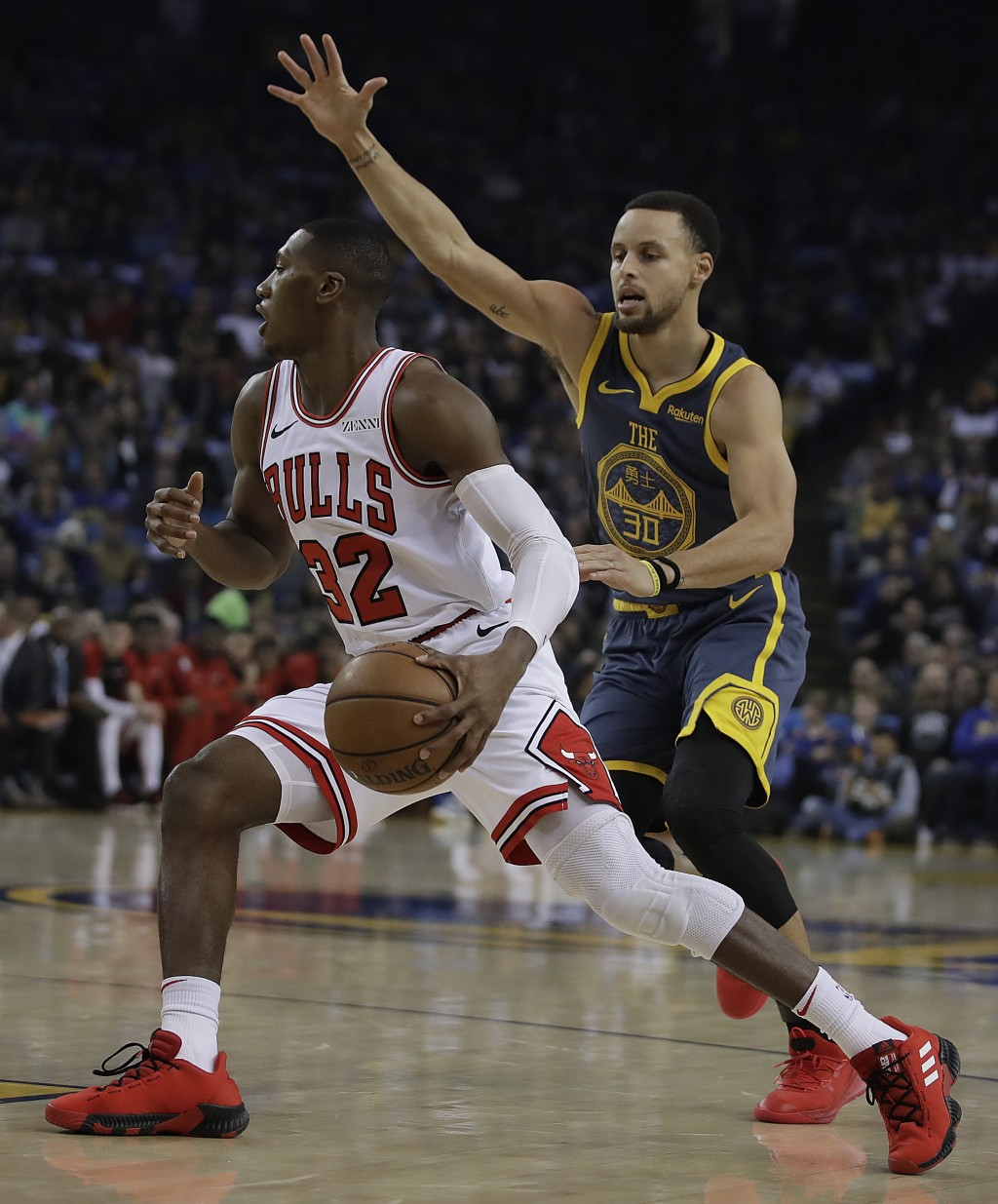 Golden State Warriors' Stephen Curry, right, guards Chicago Bulls' Kris Dunn during the first half of an NBA basketball game Friday, Jan. 11, 2019, in