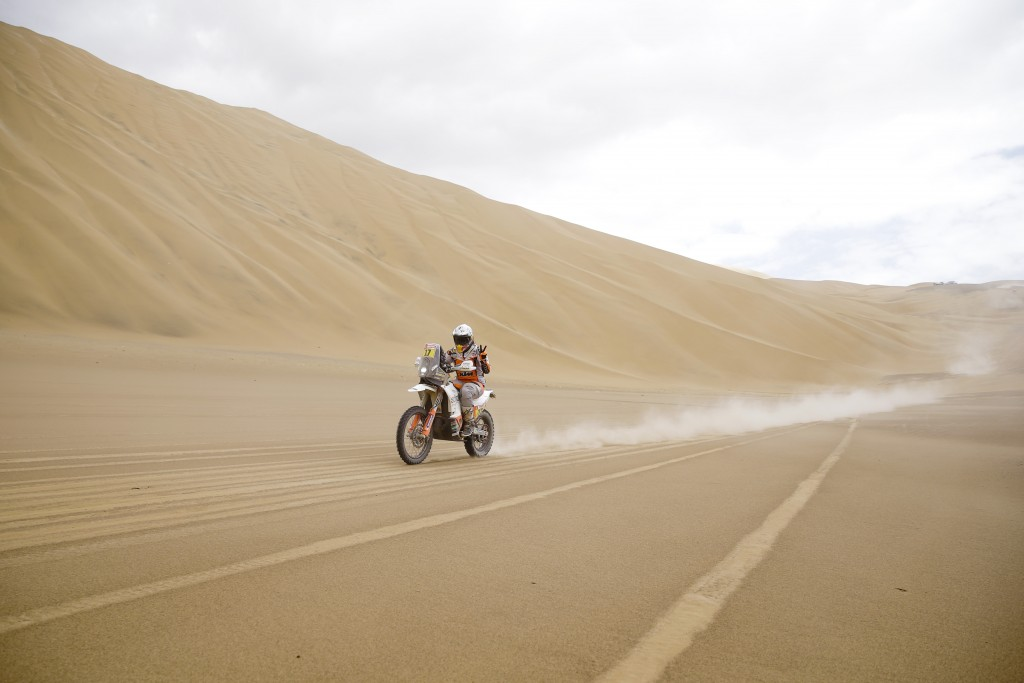Laia Sanz of Spain makes the victory sign as she rides her KTM motorbike during the stage five of the Dakar Rally between Tacna and Arequipa, Peru, Fr