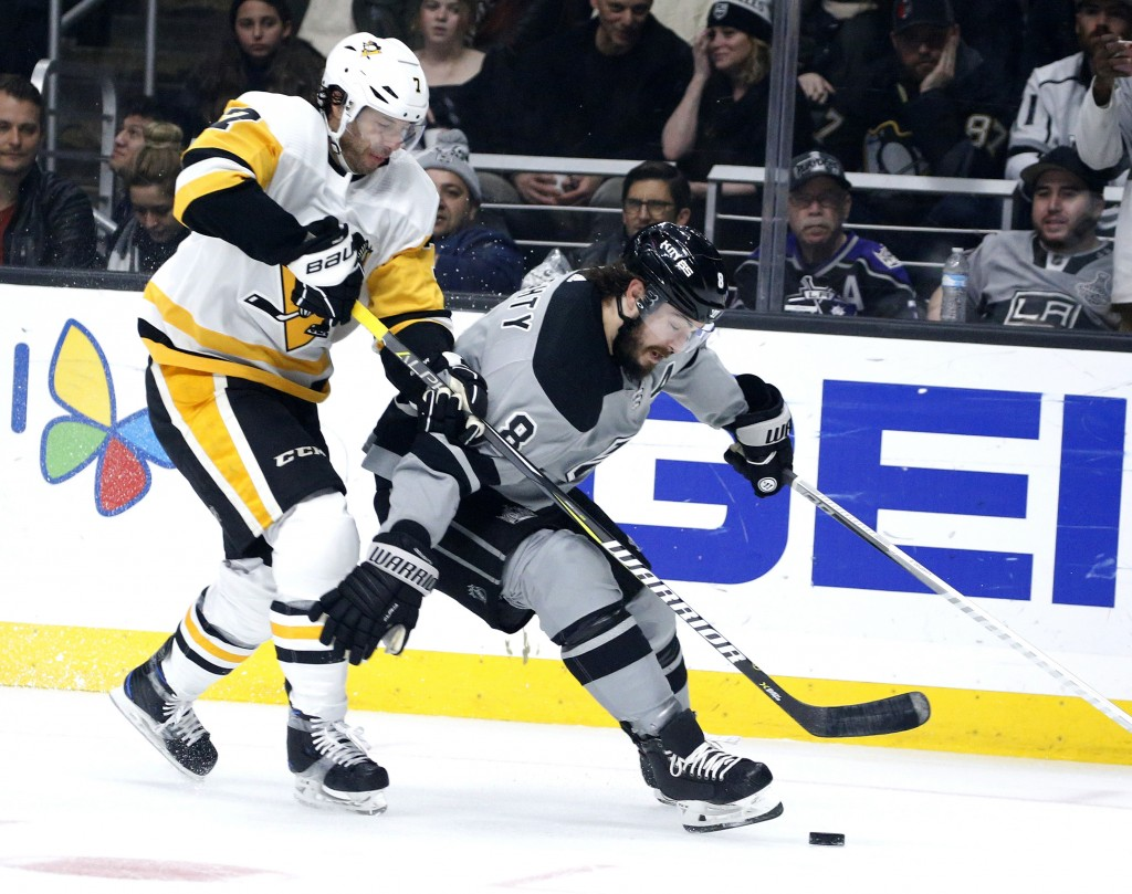 Pittsburgh Penguins forward Matt Cullen, left, vies with Los Angeles Kings defenseman Drew Doughty during the first period of an NHL hockey game Satur