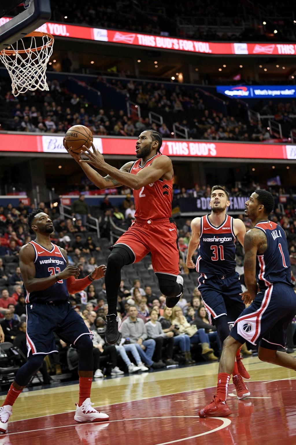 Toronto Raptors forward Kawhi Leonard (2) goes to the basket against Washington Wizards forward Jeff Green (32), guard Tomas Satoransky (31), of the C