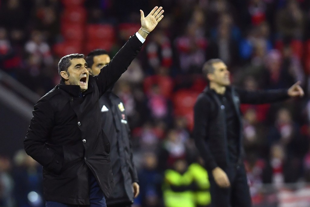 FC Barcelona's head manager Ernesto Valverder, left, and Athletic Bilbao's head manager Gaizka Garitano, give instructions during the Spanish La Liga ...