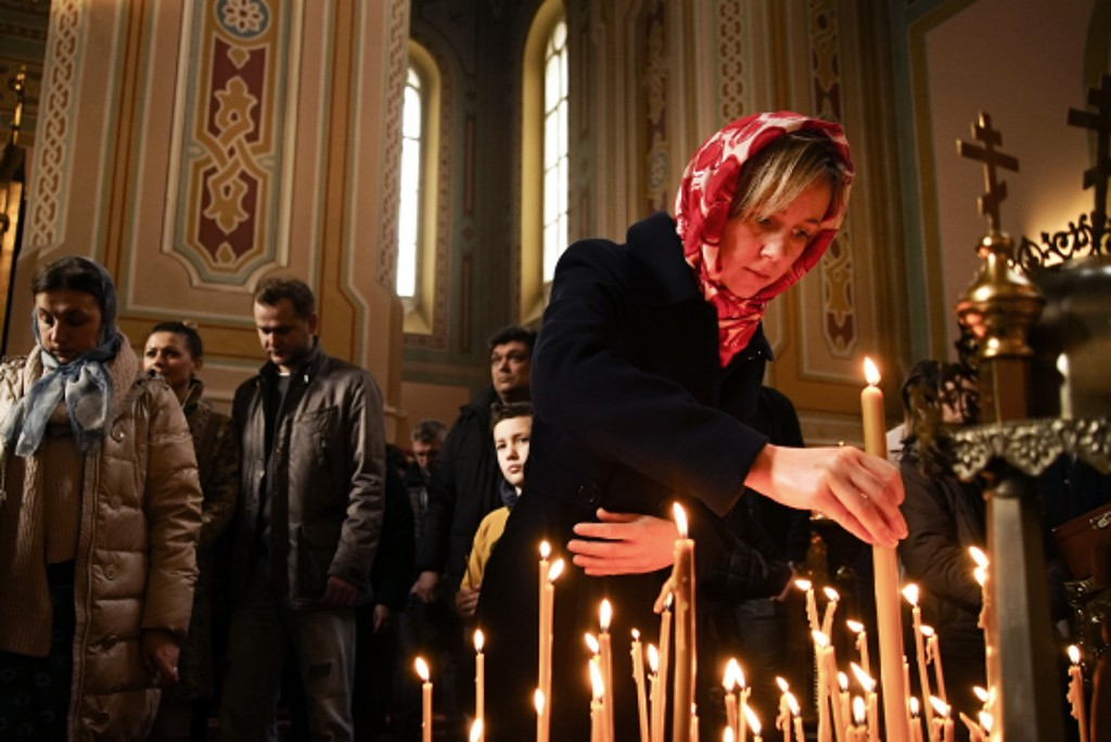 Ukrainians pray at the St. Mary Magdalene Church in Warsaw, Poland on March 10, 2019. Ukrainians prepare to go the polls in a presidential election Ma