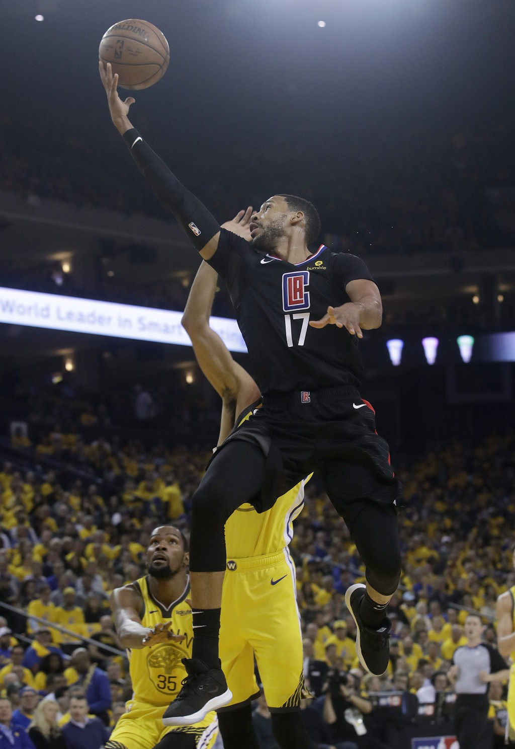 Los Angeles Clippers guard Garrett Temple (17) shoots against the Golden State Warriors during the first half of Game 2 of a first-round NBA basketbal