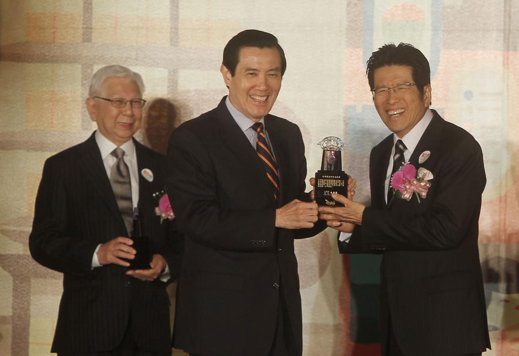 2011觀光節慶祝大會15日在台北舉行,總統馬英九(中)出席頒發終身成就獎給公益平台文化基金會董事長嚴長壽(右)與美國夏威夷大學教授Chu...