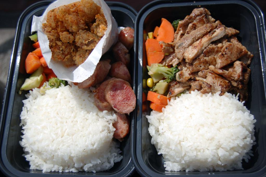 洛杉磯第1部台灣小吃餐車上路,好吃的台灣香腸、排骨飯、鹽酥雞都是熱賣商品。中央社記者江今葉洛杉磯傳真          100年3月5日