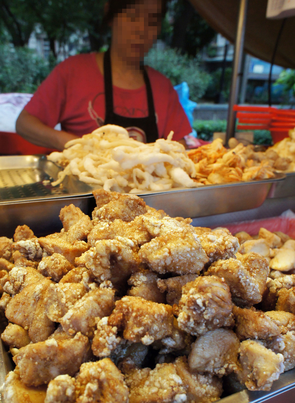 康健雜誌29日公布10大危險小吃,廣受歡迎的鹽酥雞登榜首,150克的鹽酥雞約有585大卡,如果每天吃1份,1個月就會爆肥2公斤。中央社記者...
