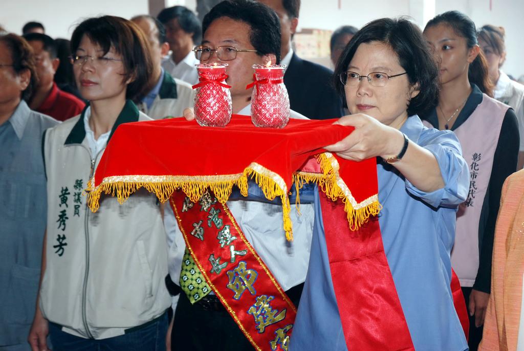 民進黨主席蔡英文(前右)15日在彰化市元清觀上香參拜,祈求台灣風調雨順。中央社記者吳哲豪彰化攝        100年5月15日