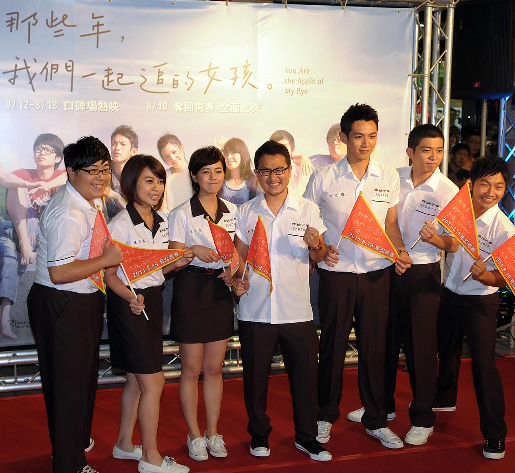 由作家「九把刀」執導的電影「那些年,我們一起追的女孩」首映會17日在台北西門町舉行,九把刀(中)率劇中演員一起走星光大道。中央社記者吳家昇...
