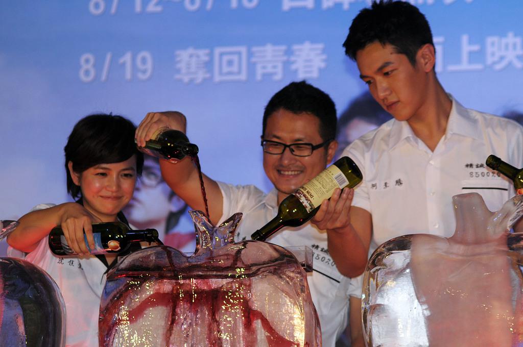 由作家「九把刀」執導的電影「那些年,我們一起追的女孩」首映會17日在台北舉行,電影未上映,口碑場票房就衝破新台幣千萬元,九把刀(中)和演員...