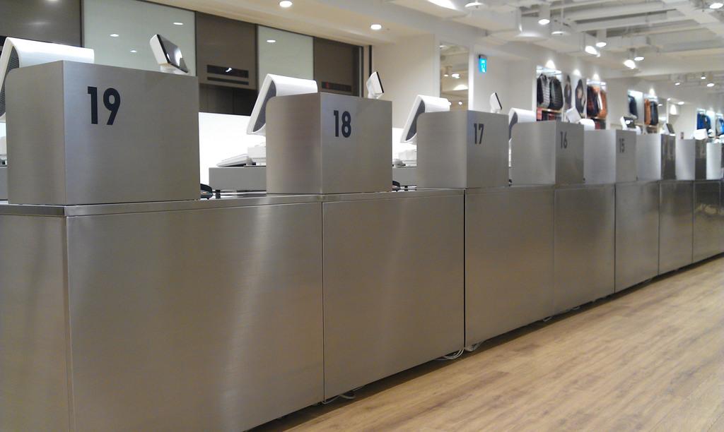 優衣庫(Uniqlo)全球旗艦店23日即將在台北的明曜百貨開幕。廣大店鋪佔地面積近1,100坪,商品種類眾多。此外,為了服務眾多顧客,光是...