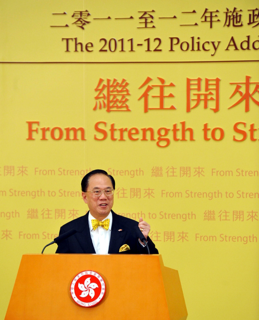 香港行政長官曾蔭權於12日發表任內最後一份施政報告,他說,7年來的工作表現留待市民評價。圖為曾蔭權發表報告後會晤記者。(圖片由港府提供)中...