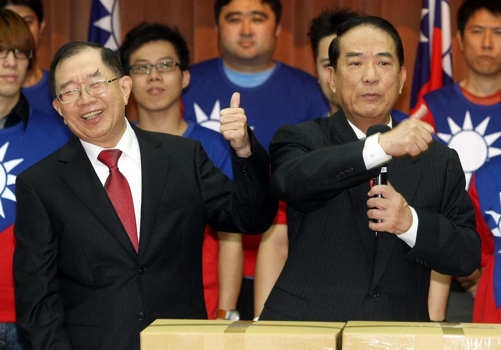 親民黨主席宋楚瑜(右)1日偕同副手搭檔林瑞雄(左)舉行記者會,宋楚瑜說,台灣命運掌握在每個台灣人手上,台灣人要的是一個可以照顧人民的政府。...