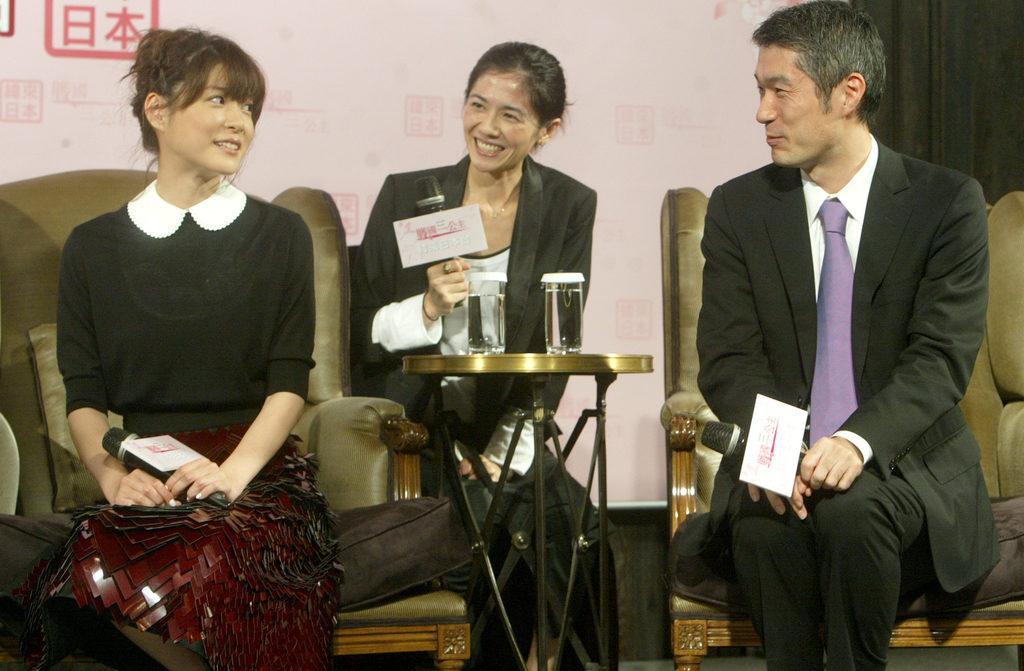 因日劇「交響情人夢」而打開知名度的日本女星上野樹里(左),1日在台北宣傳即將在台播映的NHK年度大戲「江~戰國三公主」,圖右為製作人屋敷陽