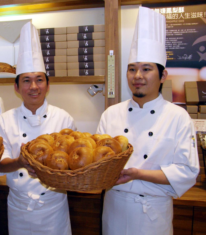 明年3月舉行的樂斯福盃麵包大賽,台灣隊缺經費,世界麵包冠軍吳寶春(左)4日宣布為參賽國手募款,每賣出1個特定款式麵包,就捐出新台幣15元。...