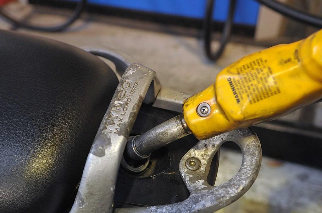 歐債危機不確定性仍高,國際原油價格走跌,中油宣布,7日凌晨零時起減半調降各式汽、柴油價格每公升0.2元,想要加油民眾可以再等一等。中央社記...