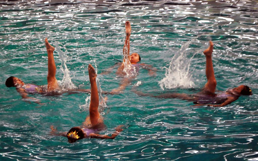 2011建國百年泳渡大鵬灣長泳活動26日登場,主辦單位7日在高雄市安排水上芭蕾表演,為活動暖場,充滿力與美的演出,頗為吸睛。中央社記者程啟...