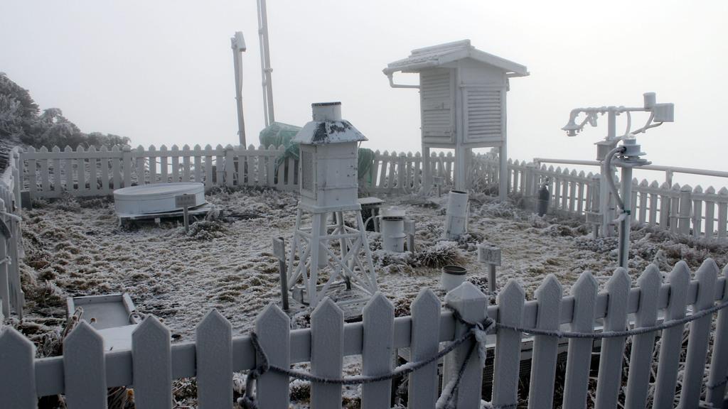 玉山3日凌晨再度飄雪,中央氣象局觀測,積雪約1公分。(氣象局提供)中央社記者汪淑芬傳真                100年12月3日