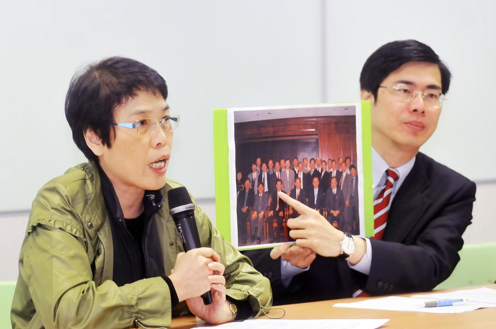 宇昌案解密,民進黨12日召開記者會,發言人陳其邁(右)、前經建會主委何美玥(左)出席,出示中研院院長翁啟惠代表台灣在舊金山開會的照片。中央