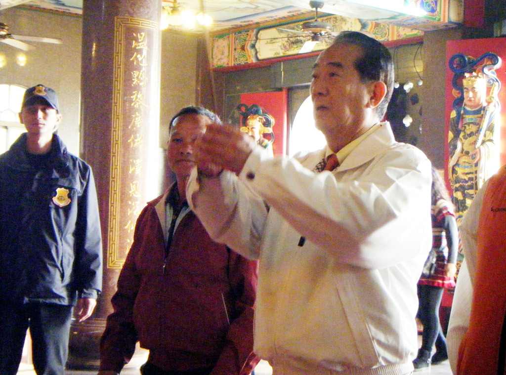 親民黨總統候選人宋楚瑜(右)26日拜訪澎湖,並到澎湖西嶼溫王宮參拜。中央社記者呂欣憓澎湖攝             100年12月26日