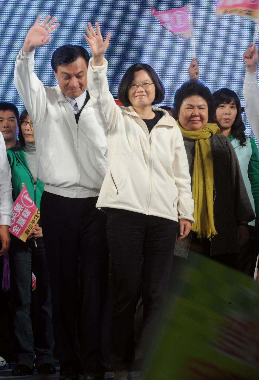 民進黨總統候選人蔡英文(左2)26日晚間出席高雄市旗山區造勢晚會時表示,如果讓總統馬英九連任,不知什麼時候跟中國簽和平協議,就走向統一的不...
