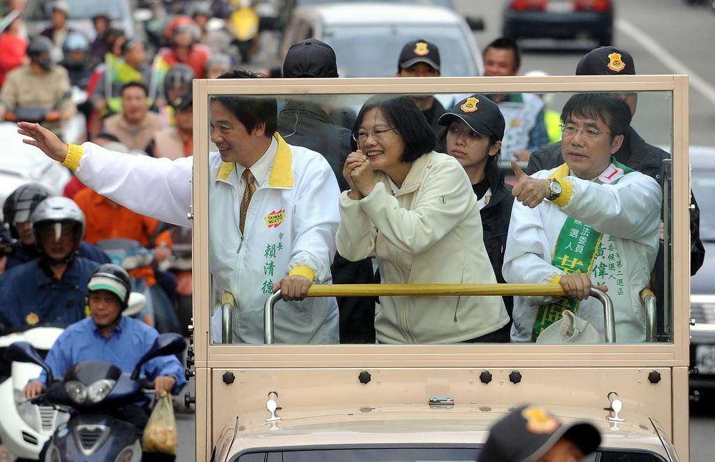 民進黨總統候選人蔡英文(中)27日在台南市長賴清德(左)、民進黨立委參選人黃偉哲(右)陪同下,在台南新市、善化、學甲、鹽水等地區以車隊掃街