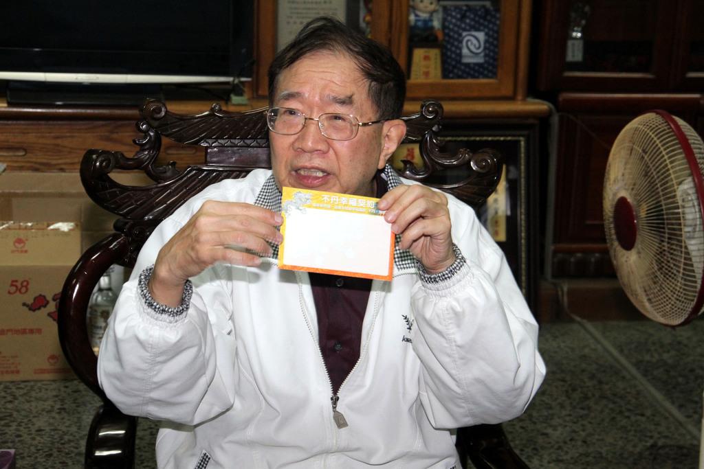親民黨副總統候選人林瑞雄28日到屏東縣東港鎮參訪,他拿出「不丹幸福契約」卡片說,他要到不丹學習如何追求幸福,也願意幫大家祈福。中央社記者郭...