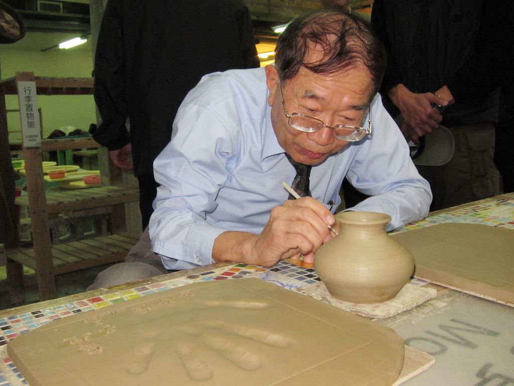 親民黨副總統候選人林瑞雄30日到新北市鶯歌區陶瓷老街拜訪,嘗試捏陶,並在成品上刻上「幸福」,搭配親民黨總統候選人宋楚瑜「宋林幸福」的口號。...