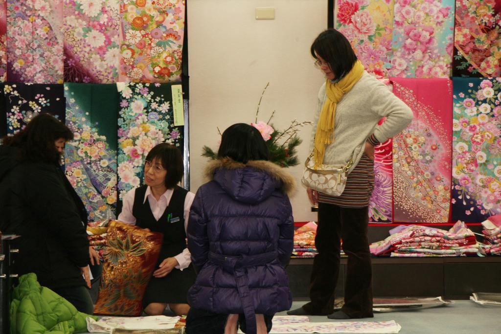 兩名台灣女學生在東京遇害,受害者的父母7日到1家和服店為女兒選購和服當壽衣。右立者是死者林芷瀅的母親。中央社記者楊明珠東京傳真      ...
