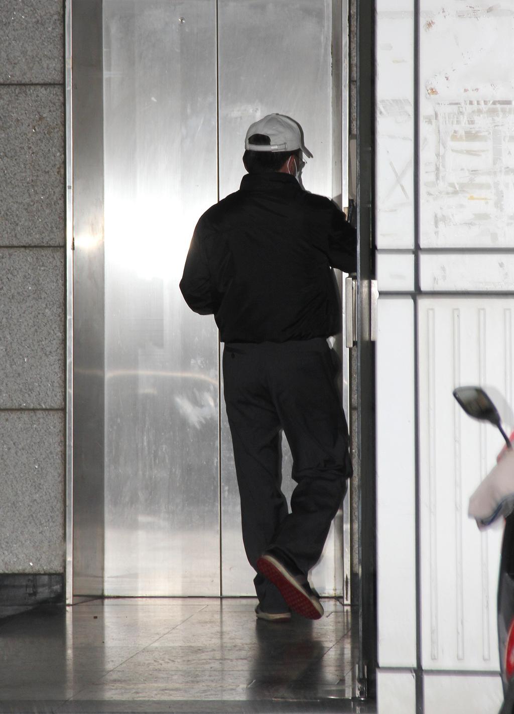 東京兩台灣女學生遇害命案,日本通緝30歲台灣青年張志揚;張志揚的父親(圖)8日表示,目前內心的煎熬無法言語,最後還是要「承擔」,承擔不起也...