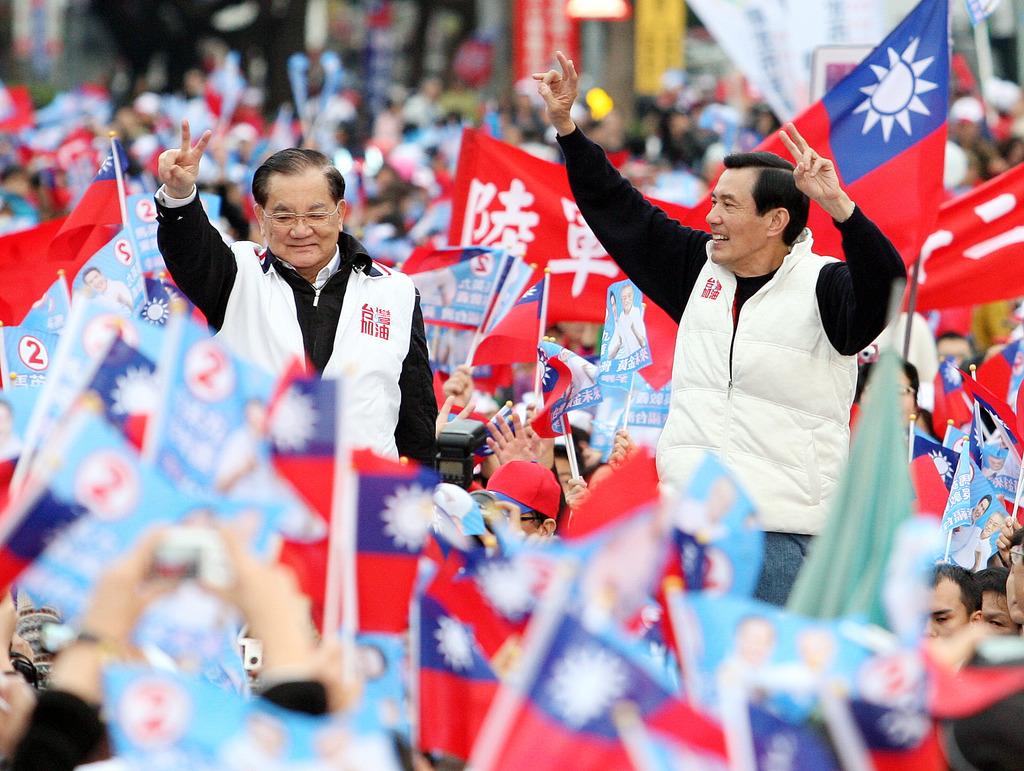 選前超級星期天,藍營舉辦「為台灣讚出來」大遊行,,在終點凱道舉行造勢活動,國民黨總統候選人馬英九(中右)與國民黨榮譽主席連戰(中左)受到熱...