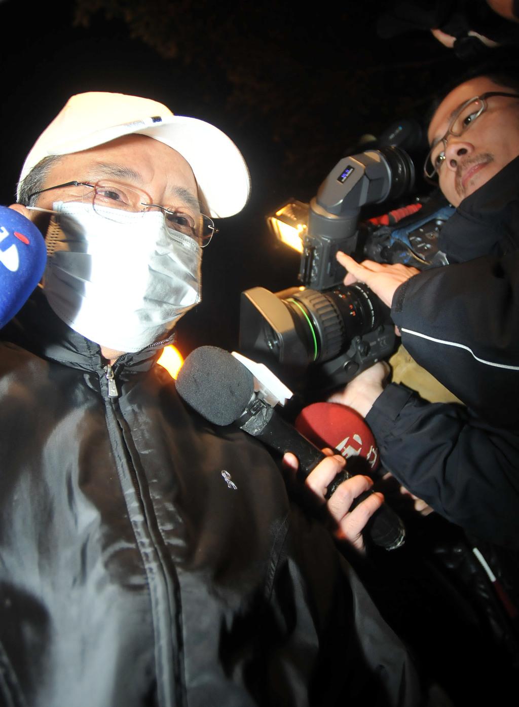 據日本媒體引述警方報導,涉及2名台灣女生遇害案凶嫌張志揚自刎身亡。張志揚的父親(左)9日晚間在台北得知消息後強忍悲痛面對媒體,表示10日將...