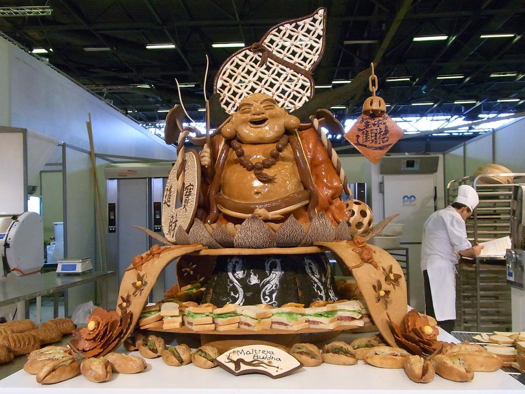 台灣參賽世界盃麵包大賽,4日(當地時間)在會場現場秀,在限定時間內做出比賽指定項目。彌勒佛是師傅黃威勳製作的藝術造型麵包參賽作品。中央社記...