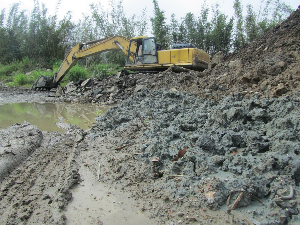 Police officers alleged to involve in dumping waste near preserved wetlands