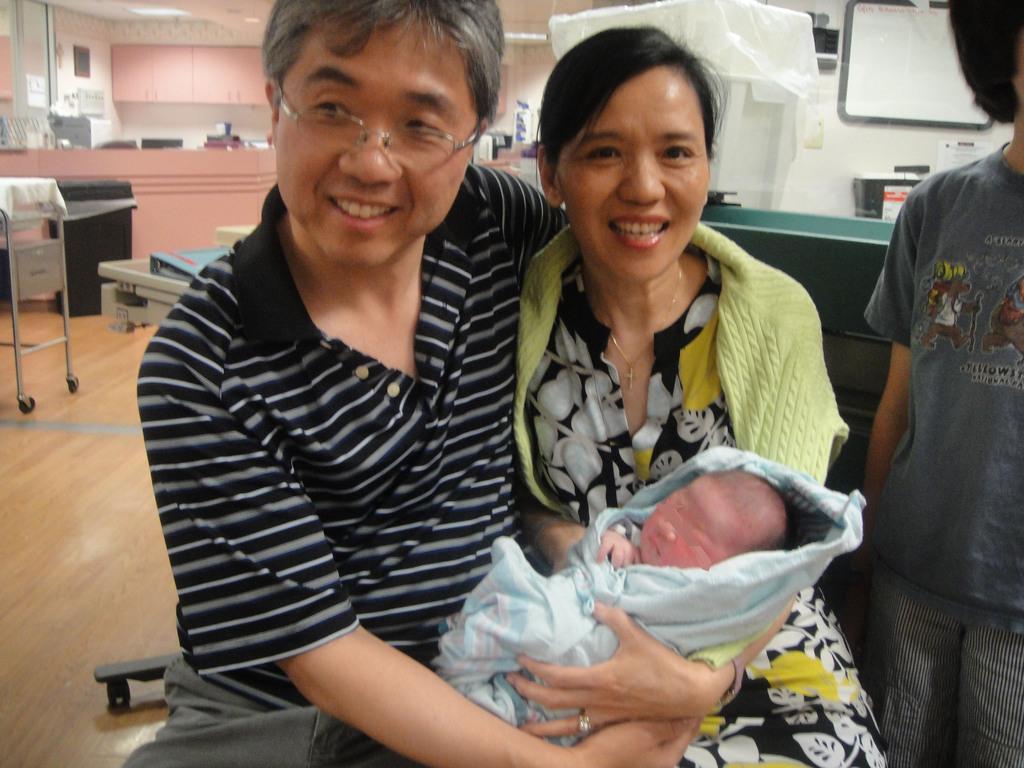 藝人王芷蕾(右)26日透過唱片公司表示,她透過合法代理孕母,獲得1名近8磅重的男嬰。(王芷蕾提供)中央社記者鄭景雯傳真          ...